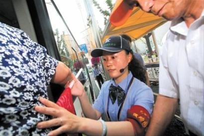 世博园公交运能达极限 游客志愿者建议扩车容