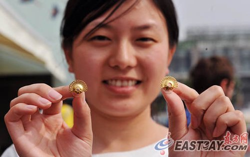 哥伦比亚馆迎第10万名游客 山东新娘获赠耳环