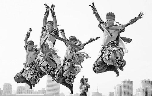 图文:内蒙古活动周演员表演《博克雄风》