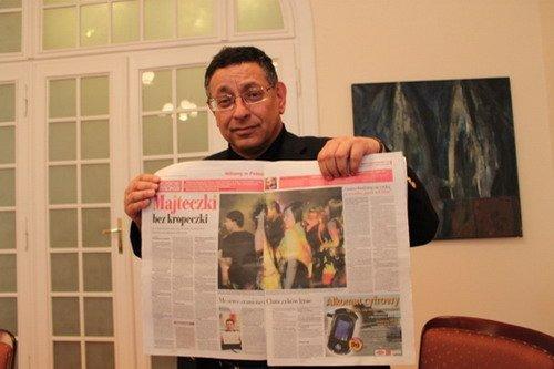 波兰馆总代表麦曼和介绍中国的波兰报纸
