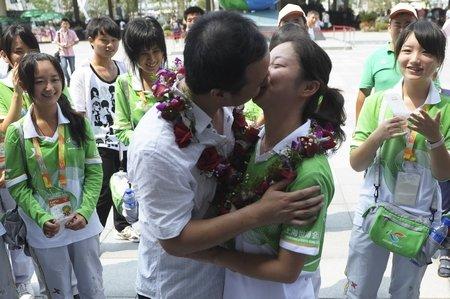 志愿者穿白菜服在园区结婚 仪式过后重返岗位