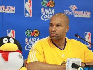 费舍尔与南洋模范中学篮球队员互动并回答腾讯网友的在线提问