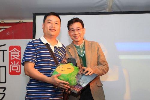 新加坡馆副馆长潘景开为幸运游客颁发奖品
