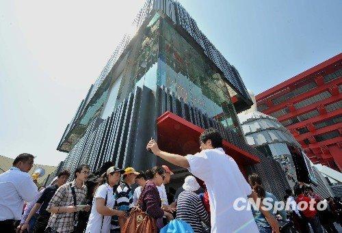 香港财政司司长访问上海 先后参观中国馆香港馆