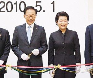 韩国总统李明博参加韩国馆开馆仪式