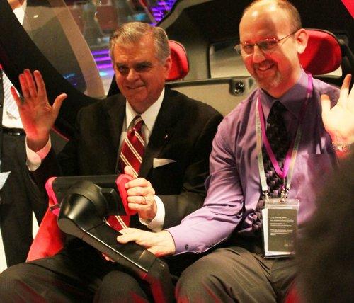 美交通部长到访汽车馆并试驾EN-V概念车(图)