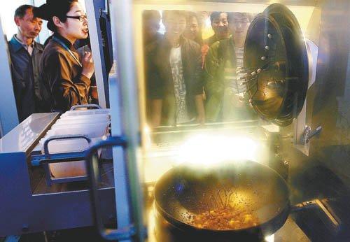 图文:上海企业联合馆机器人大厨世博园做菜