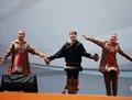 高清:欧洲广场上充满异域风情的歌舞表演