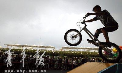 自行车极限运动俱乐部车手世博园里秀车技