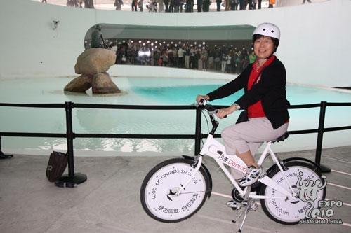 丹麦馆迎第500万名参观者 幸运游客获赠自行车