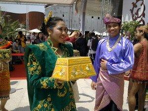 快讯:马来西亚馆工作人员身穿民族欢迎来宾