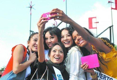 国际小姐参观世博成都馆 看望孩子引全场爆笑