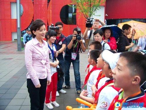 世博形象大使杨澜带小朋友看世博提前过六一