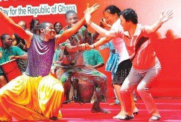 加纳馆日上演歌舞盛宴 艺术家与游客共舞(图)