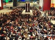 学习文明和礼仪,遵守秩序:中国人开始排队了