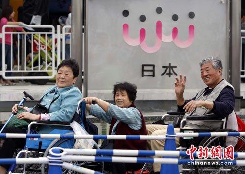 图文:上海世博会日本馆绿色通道也排队