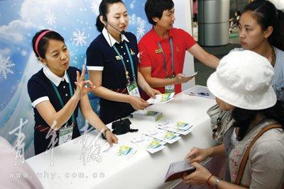 韩国企业馆热情服务 志愿者流利中文对话游客