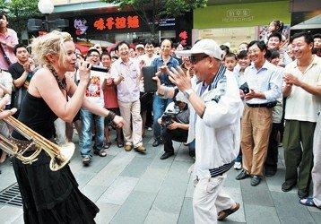 图文:夏至音乐日走进社区 演员居民共舞摇滚