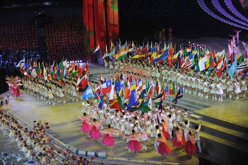 图文:上海世博会闭幕式 参展国国旗进场