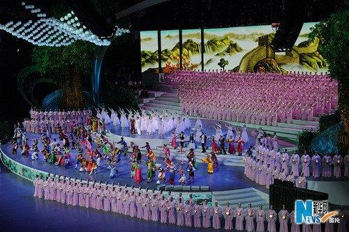 4月30日,中国2010年上海世博会开幕式在上海世博园世博文化中心举行。这是宋祖英和成龙领唱《和谐欢歌》。