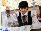 组图:乌克兰刺绣大师世博献艺 与游客绘地图