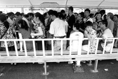 日本馆沙特馆可坐着排队 韩国馆或安装倚靠栏