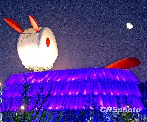 上海世博会世博园内,中国国家馆夜景---璀璨的中国红,澳门馆夜景--玉兔望月。 中新社发 刘春明 摄