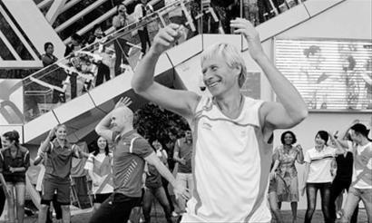 瑞典馆前百人跳健康操 推广北欧健康生活方式