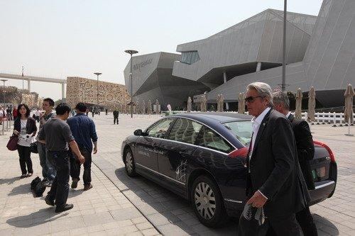 阿兰德龙短暂露面法国馆 与腾讯员工亲密合影