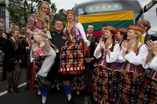 立陶宛大力士拉动15吨大巴 刷新世界纪录(图)