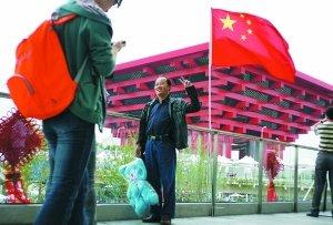 昨日,上海世博园世博轴,男子以中国馆为背景拍照。本报记者 王申 摄