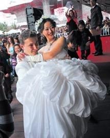 图文:波兰馆婚礼寓意幸福结局 祝福中波友谊