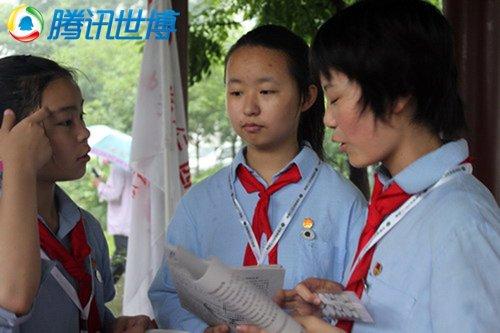 中学生赴社区宣传环保理念 低碳从生活开始