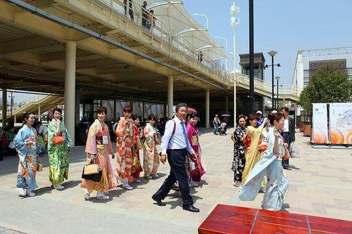 前方直击:日本和服美女逛世博园令游人惊艳