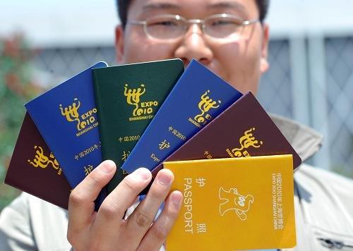 """上海世博会开园第2天:""""世博护照""""迅速走俏"""