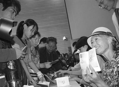 世博奶奶助阵台北馆推广花博 粉色上装学跳舞