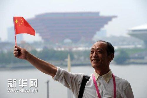 双百人物代表参观世博 中国馆感受传统与现代