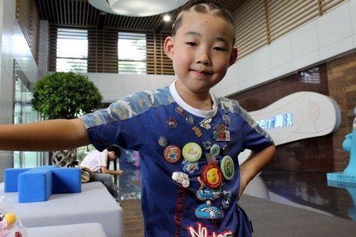 6岁男孩6次游世博 理海宝发型大秀18枚徽章