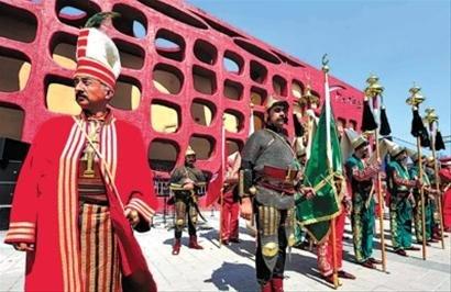 昨日土耳其禁卫军军乐团馆前表演受游客热捧