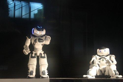 """法国馆亮点纷呈 机器人""""脑""""能说会动"""