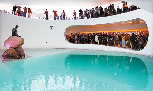 图文:游客在丹麦馆看小美人鱼最后一眼