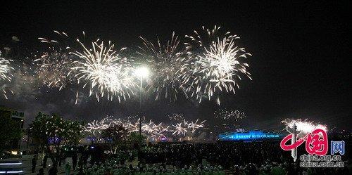 中国2010年上海世博会开幕式在上海世博园世博文化中心举行。烟火盛放照亮黄浦江。
