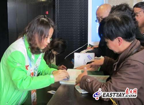 """上海世博会闭幕在即 游客争盖""""闭幕章""""(图)"""