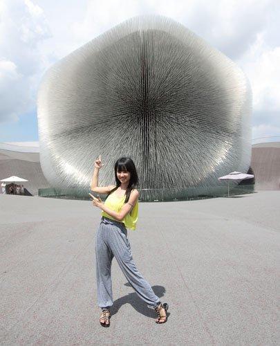 图文:蔡依林参观英国馆 蒲公英前摆可爱造型