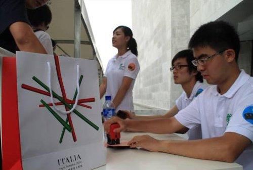意大利馆可为排队游客盖章 每人限盖三章(图)