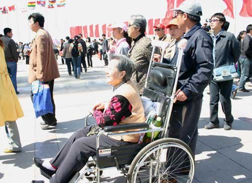 游客贪图入馆方便坐轮椅 工作人员建议正常排队