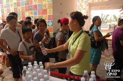 韩国馆为排队游客赠送矿泉水累计逾10万瓶