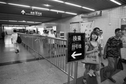 上海地铁江苏路站新增隔离护栏 防客流对冲