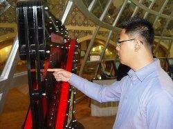 伊朗馆展示无琴弦激光竖琴 地毯均以万计价