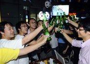 三五球迷知己聚集酒吧看球无比欢畅